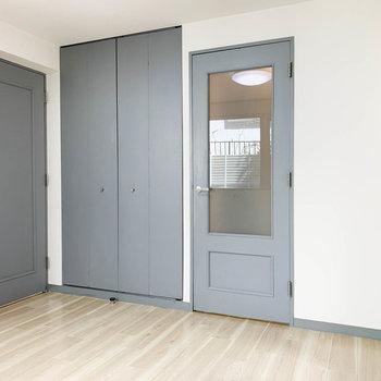 【洋室】窓側から見ると。お風呂への扉と収納があります。