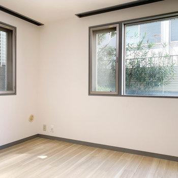 【洋室】角部屋なので、窓2面で明るい。