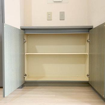 【LDK】リビングに小棚がついております。