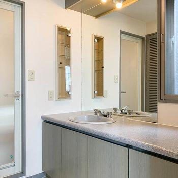 脱衣所には大型の独立洗面台があります。