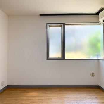 【洋室】洋室も窓が大きくて気持ちがいい。収納もしっかりとあります。