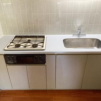 【LDK】魚焼きグリル付きの3口コンロ。しっかり料理できる。