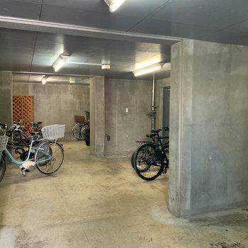 地下に駐輪場があります。