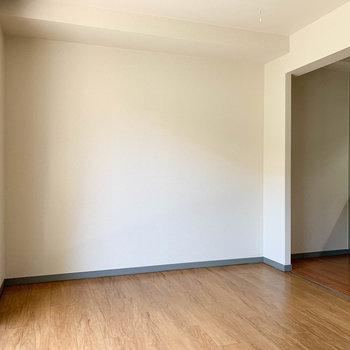 【LDK】ドア側から見ると。この辺りにソファとかテーブルとか置こうかな。