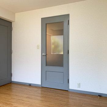【洋室】窓側から見るとこの部屋の奥にサニタリーがあります。