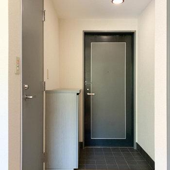 こちら玄関。ちっちゃい段差になってます。