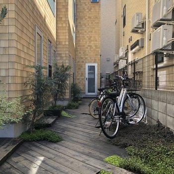 皆さん、ここに自転車を置いてますね。
