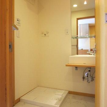 シンプルで洗練された洗面台、となりには洗濯機置き場もあって家事もしやすい◎