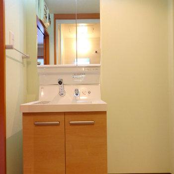 独立洗面台に大きな鏡※同間取り別部屋の写真です。
