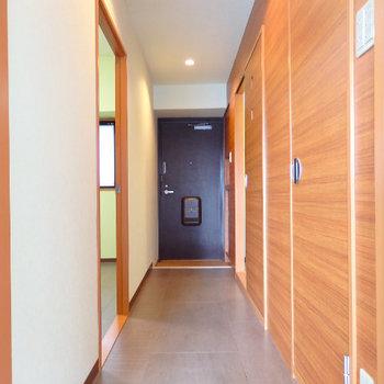 暖かい木の廊下を抜けると・・・※同間取り別部屋の写真です。