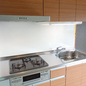 3口コンロとたくさんの備え付け収納で料理もはかどりそう♪※同間取り別部屋の写真です。