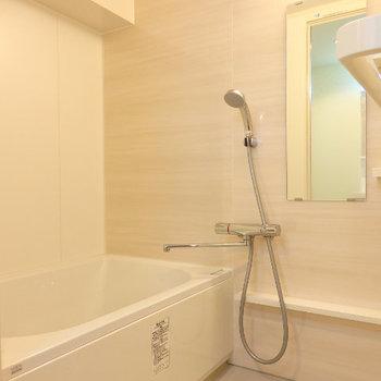 お風呂は真っ白で一日の疲れを流してくれます※同間取り別部屋の写真です。