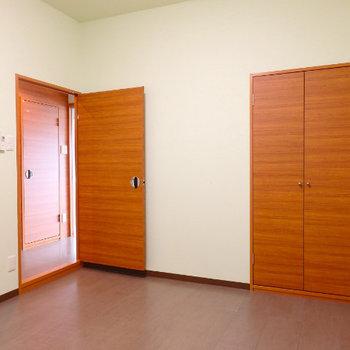 6畳の洋室に収納あり。※同間取り別部屋の写真です。