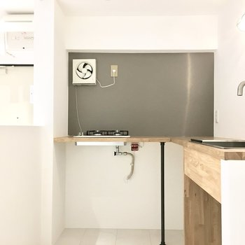 キッチンはカフェ風の木製天板♪
