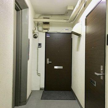 共用部】エレベーター降りてすぐお部屋。