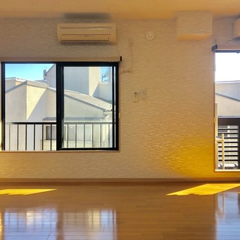 居室スペースに入ると窓が2つも!※写真は3階の同間取り別部屋のものです