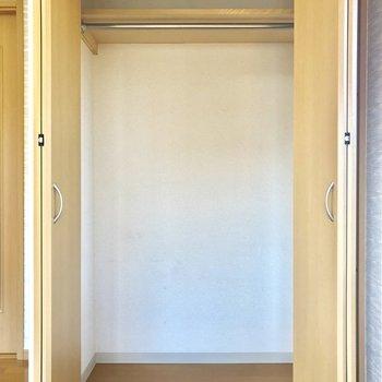 奥には少しコンパクトな収納があります※写真は3階の同間取り別部屋のものです