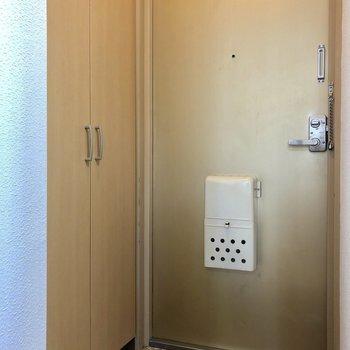 玄関はレトロ※写真は3階の同間取り別部屋のものです