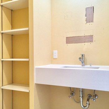 洗面台も大きいし、洗剤やタオルは隣の棚へ!(※工事中です。鏡つきます〜!)