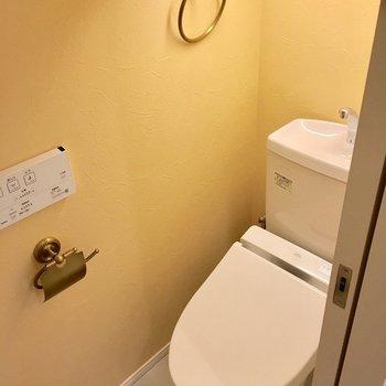 トイレもイエローに染まってる!