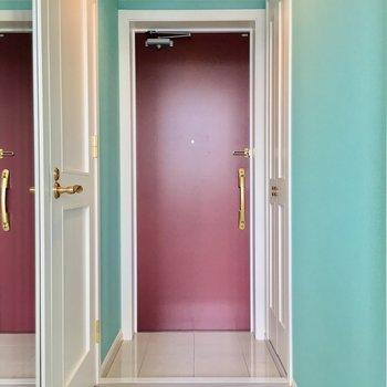 レッドな扉でぐっとしまる、メルヘンな玄関スペース。