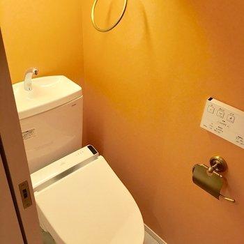 トイレもオレンジに染まって。(※写真は4階の同間取り別部屋のものです)