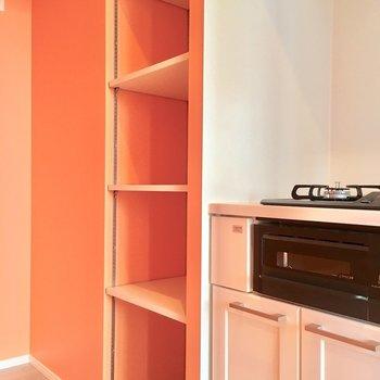 隣の棚には、お皿を並べて。(※写真は4階の同間取り別部屋のものです)