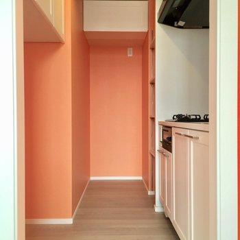 キッチンも独立しているのがうれしい。冷蔵庫場所はそこだ!(※写真は4階の同間取り別部屋のものです)