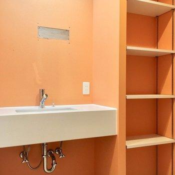 洗面台も大きいし、洗剤やタオルは隣の棚へ!(※工事中です。鏡つきます〜!)(※写真は4階の同間取り別部屋のものです)