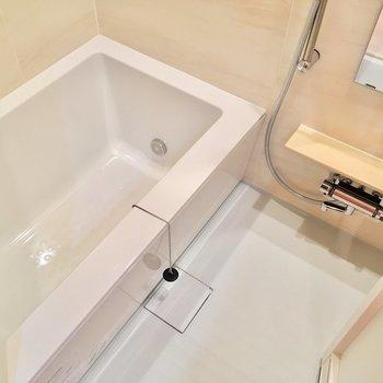 追い焚き&浴室乾燥機もついていて設備充実!(※写真は4階の同間取り別部屋のものです)