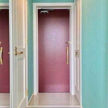 レッドな扉でぐっとしまる、メルヘンな玄関スペース。(※写真は4階の同間取り別部屋のものです)