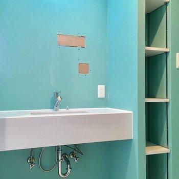 洗面台も大きいし、横の棚には洗剤やタオル置こう!(※工事中です。鏡つきます〜!)(※写真は4階の同間取り別部屋のものです)