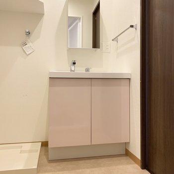 脱衣所広々〜、洗面台はピンク!
