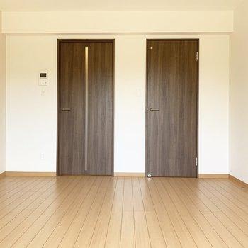 左の扉はキッチンへ、右の扉は...