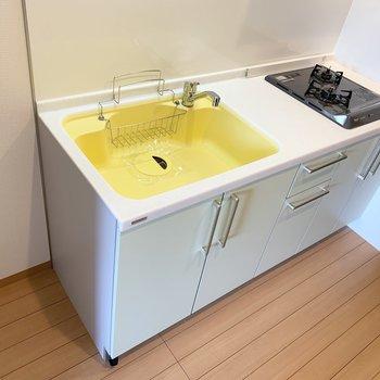 黄色のシンクに、ミントグリーンの戸棚。ベリーキュートです。