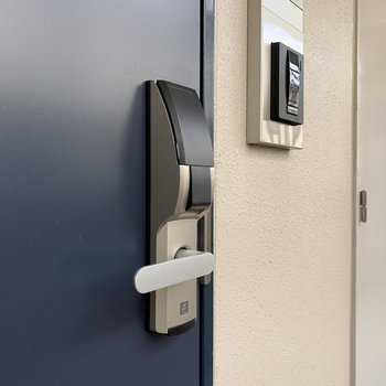 暗証番号式の錠です、戸締まりはボタン押すだけで完了〜