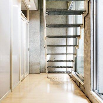 【下階洋室】階段下の空間も工夫したいところ。