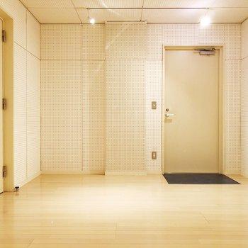 【下階防音室】学校の音楽室の壁、こんな感じでしたよね。