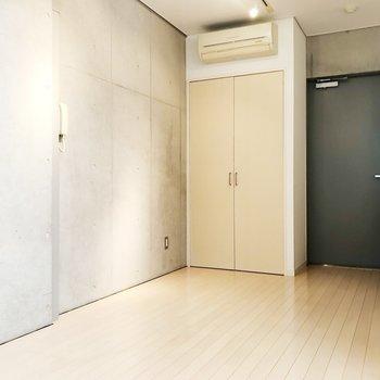 【下階洋室】ブラックのドアで締まった印象に。