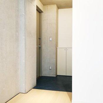 【上階】上に戻ってきて玄関周りを。