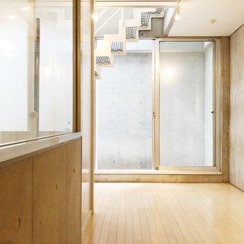 【下階洋室】大きな窓のおかげで開放感◯