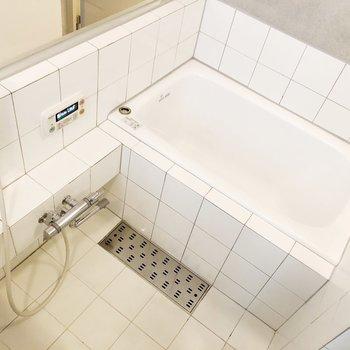 【下階】お風呂はちょうどいい広さ。