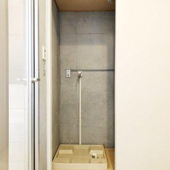 【下階】続いて、サニタリーのご紹介。洗濯機置き場の壁もコンクリで。