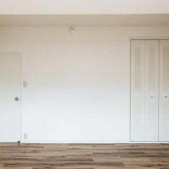 【洋室】右側にはクローゼットが。