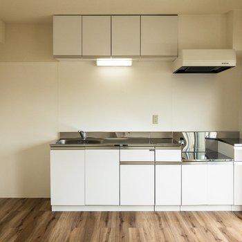 【LDK】左側には大型の冷蔵庫も置けそう。