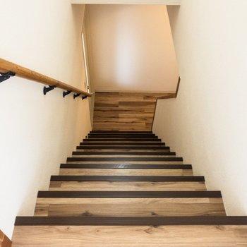 階段を上って上階へ