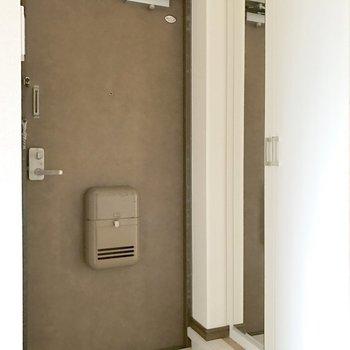 傘立てを置くスペースには工夫が必要かな。(※写真は4階の反転間取り別部屋、家具と小物は見本のものです)
