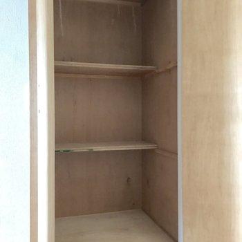 玄関にちょっとした収納。(※写真は4階の反転間取り別部屋、家具と小物は見本のものです)