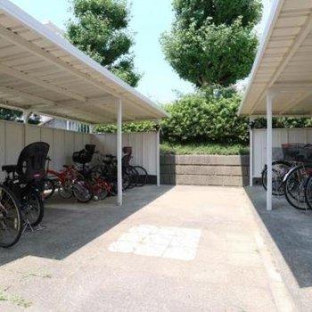 駐輪場も屋根が付いてます
