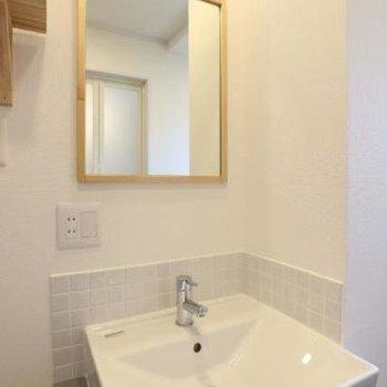 洗面台はタイルと木枠の鏡がポイント!